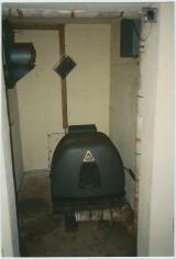 <h5>Tekniske billeder taget før renovering.</h5><p>Det lille generatorrum overfor nedgangen.</p>