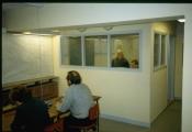 <h5>Test af den nye indretning i 1994.</h5><p>Kommandorummet med ABC-central og varslingsplads i baggrunden.</p>